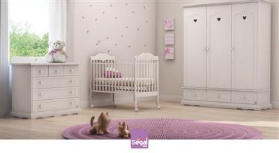 חדר לתינוק אלינור ברשת חנויות בייבי לאב הנו חדר קלאסי ועדין עם עיטורי לבבות.