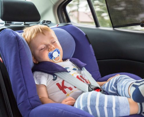 תינוק ישן בכסא בטיחות ברכב
