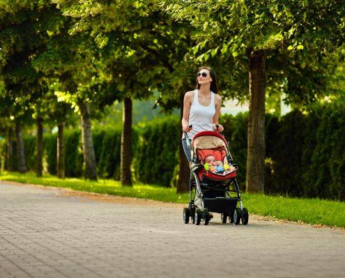 אמא מטיילת עם תינוק בטיולון שמתאים לטיסה