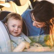 תינוק יושב בכיסא בטיחות שהותקן על ידי מתקין מוסמך
