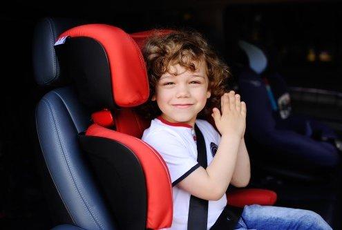 ילד יושב במושב בטיחות לרכב