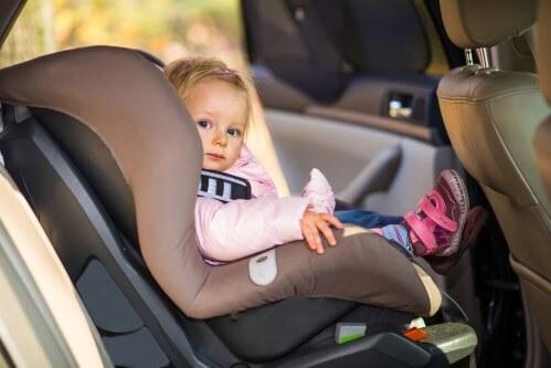ילדה יושבת בכיסא בטיחות