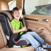 ילד יושב בכיסא בטיחות ברכב שני