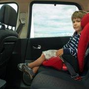 ילד יושב בבוסטר