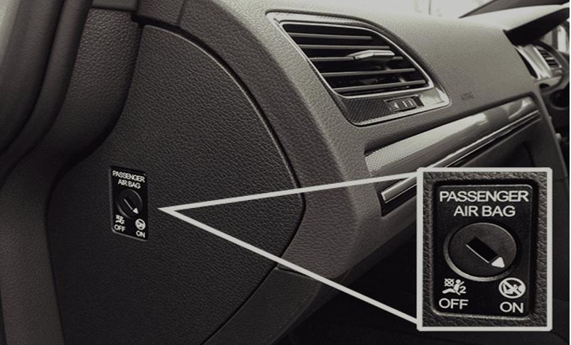 נטרול כרית אוויר בצד הדלת של הנוסע משמאל להגה לצורך התקנת מושב בטיחות