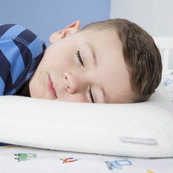 ילד על מיטת מעבר